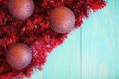 Rotes Lametta und Weihnachtsbälle stockfotografie