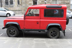 Rotes Land Rover Defender 110 Stockbild