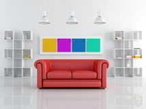 Rotes leathe Sofa in einem weißen Wohnzimmer Lizenzfreie Stockfotografie