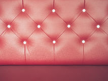 Rotes ledernes Sofa des Weinlese-Hintergrundes mit Knopf Lizenzfreies Stockfoto