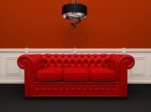 Rotes ledernes Sofa mit Leuchterinnenraum Lizenzfreie Stockfotografie