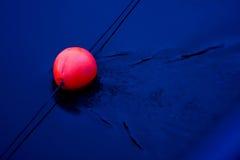 Rotes Leuchtfeuer auf Blau Stockfotos