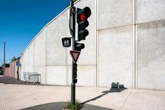 rotes Licht an einer Ampel an der Straße am sonnigen Tag Lizenzfreie Stockbilder