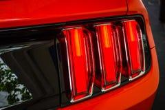 Rotes Licht einer Jahrestags-Ausgabe Ponyauto Ford Mustangs 50. Stockbilder