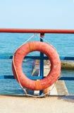Rotes Lifebuoy in der Frontseite Stockfoto