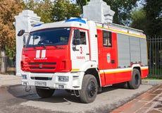 Rotes Löschfahrzeug EMERCOM von Russland und von Rettungsfahrzeug parkte oben an Stockbilder
