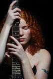 Rotes Mädchen mit Gitarre   Stockbild