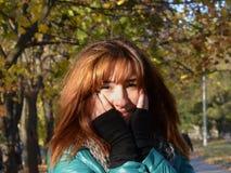 Rotes Mädchen, roter Herbst, Glück und Liebe in ihren Augen stockfotos