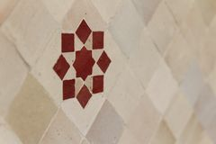 Rotes marokkanisches zellige auf weißen Fliesen Stockfotografie