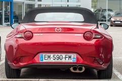 Rotes Mazda mx5 geparkt im Einzelhändler Stockbild