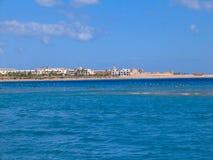 Rotes Meer in Ägypten-Riff, im Segelboot mit blauen Segeln und in der weißen Yacht stockbild