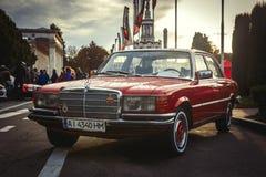 Rotes Mersedes-Auto am alten Autoland Kiew 2018 lizenzfreie stockbilder
