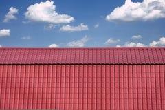 Rotes Metalldach eines Hauses über wolkenlosem blauem Himmel Lizenzfreies Stockbild