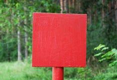 Rotes Metallplatten im Holz Lizenzfreie Stockfotos