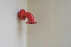 Rotes Metallrohr auf der weißen Wand Lizenzfreie Stockbilder