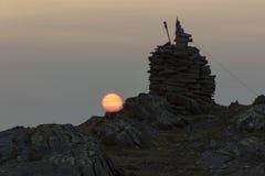 Rotes Midnightsun durch Steinhaufen Lizenzfreie Stockfotografie