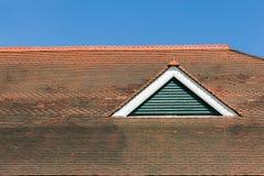 Rotes mit Ziegeln gedecktes Dach Stockbilder