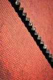 Rotes mit Ziegeln gedecktes Dach des Details mit Treppe Stockfoto