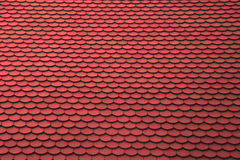 Rotes mit Ziegeln gedecktes Dach für Hintergrundverwendung Stockfotografie