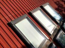 Rotes mit Ziegeln gedecktes Hausdach mit Dachbodenfenstern ?berdachung des Baus, Fensterinstallation, modernes Architekturkonzept lizenzfreie stockfotografie