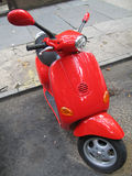 Rotes Moped Stockfotografie