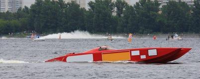 Rotes Motorboot von f1 auf Wasser Stockbild