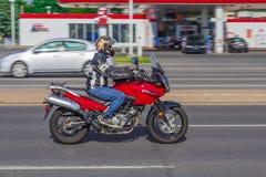 Rotes Motorrad, das auf hohe Geschwindigkeit fährt Stockfoto