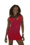 Rotes Musterkleid der Afroamerikanerfrau, das Lächeln gegenüberstellt lizenzfreie stockbilder