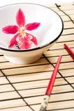 Rotes Orchidee- und Sushiset Stockbild