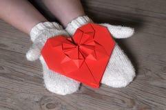 Rotes Origamiherz in Mädchen ` s Händen Lizenzfreie Stockbilder