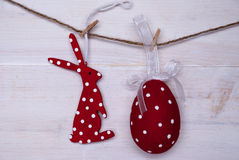 Rotes Ostern Bunny And Easter Egg Hanging auf Linie Stockfotos
