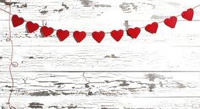 Rotes Papier Valentine Hearts auf weißem Holz Lizenzfreie Stockbilder
