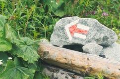 Rotes Pfeil-Wanderweg-Kennzeichen lizenzfreies stockbild