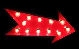 Rotes Pfeil-Zeichen mit Tivoli-Lichtern lizenzfreie stockfotografie