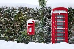 Rotes phonebox im Schnee Stockfotos