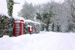 Rotes phonebox im Schnee Lizenzfreie Stockbilder