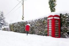 Rotes phonebox im Schnee Stockbilder