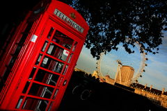 Rotes phonebox und London-Auge Lizenzfreie Stockfotografie