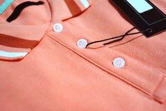 Rotes Polo-T-Shirt und leerer Aufkleberabschluß oben Stockfotos