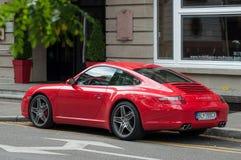 Rotes Porsche 911 4S parkte in der Straße vor Luxushotel stockfoto