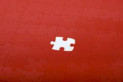 Rotes Puzzlespiel Stockbild