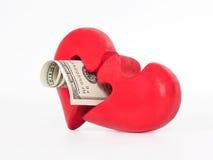 Rotes Puzzlespielinneres und -dollar auf Weiß Stockfotos