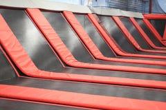 Rotes Quadrat Trampoline stockfoto