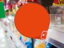 Rotes Rabattzeichen auf Supermarktregalen Stockbild