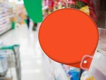 Rotes Rabattzeichen auf Supermarktregalen Stockbilder