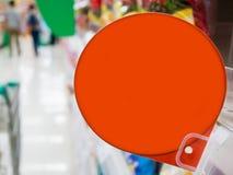 Rotes Rabattzeichen auf Supermarktregalen Lizenzfreies Stockbild