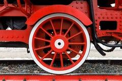 Rotes Rad und Detail des Mechanismus ein russischer Dampf der Weinlese bilden Lokomotive aus stockbild