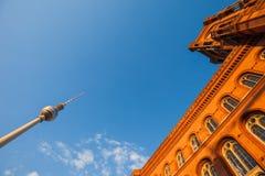 Rotes Rathaus и Fernsehturm (башня) ТВ, Берлин Стоковое Фото