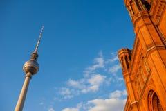 Rotes Rathaus и Fernsehturm (башня) ТВ, Берлин Стоковые Изображения RF