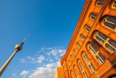 Rotes Rathaus и Fernsehturm (башня) ТВ, Берлин Стоковое Изображение RF
